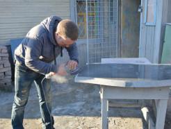 Случчанин Олег Павленко вместе с супругой изготавливают и реставрируют памятники