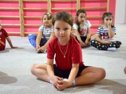 Занятия гимнастикой помогут Вашему ребенку сформировать красивую осанку и походку