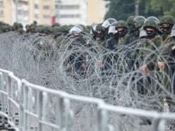 Пятнадцатый день протестов в Минске. Толпа на площади Независимости и Лукашенко с младшим сыном в бронежилетах с автоматами