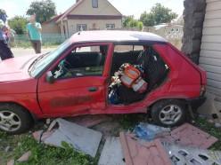 Skoda после столкновения с микроавтобусом пробила забор и врезалась в жилой дом