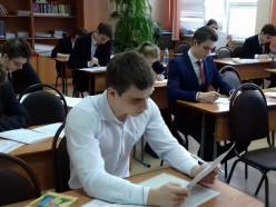 Экзаменаторы в масках, ученики — по одному за партой. Как школьники будут сдавать экзамены