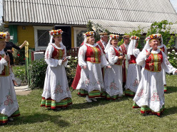 Праздник деревни Дальние Бондари с песнями, танцами и памятными подарками