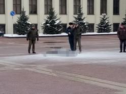 В Минске у Дома правительства мужчина, похоже, совершил самоподжог. Он жив, но у него ожоги более 50% тела