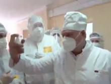 Лукашенко уговаривали в больнице надеть маску и обработать себя антисептиком. Видеофакт