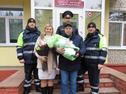 В Молодечно сотрудники ГАИ помогли беременной доехать до роддома и пришли на выписку