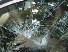 Иногда это просто бус: разбил окно микроавтобуса, думая, что там ОМОН