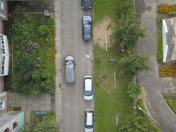 Во дворе на Чехова 8-летний мальчик внезапно выбежал под машину