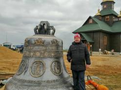 К храму Паисия Святогорца доставили огромный колокол. Фотофакт