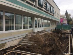 На время реконструкции ступенек «центральная» аптека Слуцка работает со двора