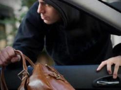 Ночью из незакрытой машины пенсионера похитили барсетку и 23 млн. рублей