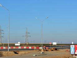 Фотофакт: после того, как микроавтобус въехал в кучу песка, на Р23 установили барьеры