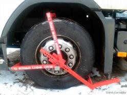 В случае несоблюдения грузовиками правил остановки-стоянки ГАИ может заблокировать колесо