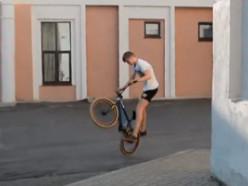Подростки на велосипедах BMX катаются за Городским домом культуры (видео)