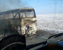 При пожаре в пассажирском автобусе в Казахстане погибли 52 человека
