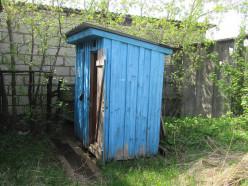 В Слуцке судебные исполнители продают с аукциона конфискованный деревянный туалет (обновлено)