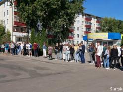 Ни воды попить, ни в туалет сходить. Дети из Слуцка и других городов стоят в Солигорске в очереди за результатами ЦТ