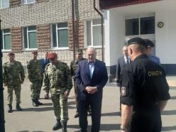 Лукашенко: никому не позволено пинать ногами правоохранителей