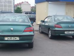 Забавное фото. Два «друга» с одинаковыми машинами и номерами встретились на стоянке