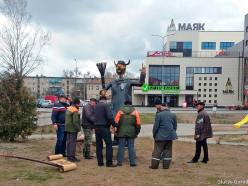 Фотофакт: металлическую скульптуру дворника установили в Слуцке