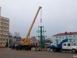 В Слуцке устанавливают 20-метровый каркас новогодней ёлки