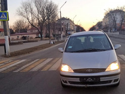 В Слуцке «Форд» на пешеходном переходе сбил вышедшую из автобуса 17-летнюю девушку