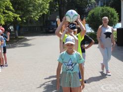 Возле Молодёжного центра проходит спортивный праздник