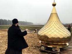В Гацуке освятили купол строящегося храма