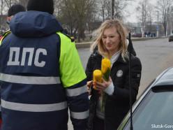 Слуцкие гаишники поздравили женщин-водителей с 8 Марта
