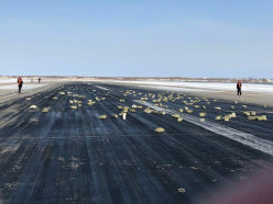В Якутске из самолета Ан-12 на взлётную полосу выпало несколько тонн золота