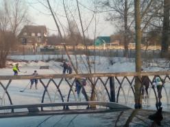 Местные жители в Лучниках открыли хоккейную площадку для всех желающих