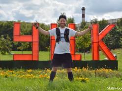 «Я обрёл здесь большую семью». Американец бежит 230 км по Беларуси, сегодня он остановился в Слуцке