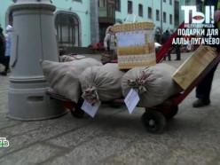 Лукашенко подарил Пугачёвой орден и три мешка картошки