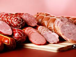 Работница Слуцкого мясокомбината хотела вынести под одеждой почти 30 кг колбасы
