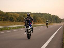 В Беларуси мотоциклистов начнут лишать прав за езду на заднем колесе