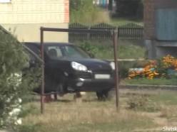 Злоумышленник за ночь повредил колёса тринадцати машин