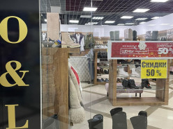 В магазине «LO&LO» распродажа обуви, любая пара за 52 рубля 50 копеек