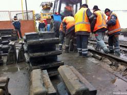 Путейцы демонтируют железную дорогу к бывшему консервному заводу