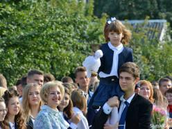 В школах Слуцка прошли торжественные линейки. Фото