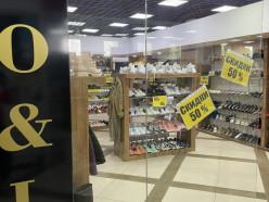 В магазине «LO&LO» распродажа обуви - скидки 50%. На джинсы скидки 30%