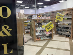 В магазине «LO&LO» на всю летнюю обувь и кроссовки действует скидка 50 %
