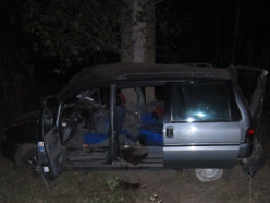Peugeot врезался в дерево, пассажир погиб