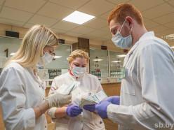 «Молодежь наша быстрая». Как волонтеры из Слуцкого медколледжа выручают медиков в пандемию