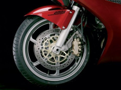 Мотоциклист-бесправник не справился с управлением, опрокинулся и попал в больницу
