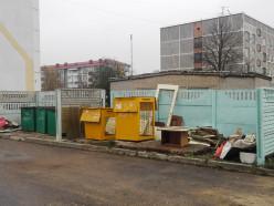 «Куда смотрит ЖКХ!» — заваленные мусором контейнерные площадки в Слуцке возмутили жителей