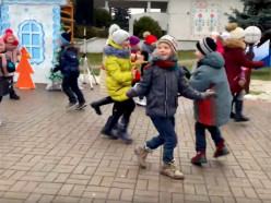 На площадке у ГДК проводят игровые программы для детей. Видео