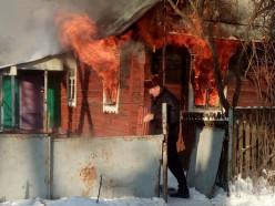 На пожаре под Слуцком школьник и соцработник спасли от гибели местного жителя