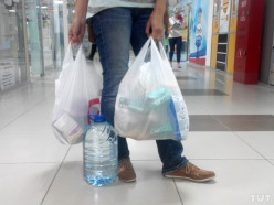 Белорусские магазины обязали продавать бумажные пакеты и посуду