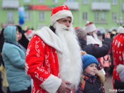 Новый год к нам мчится! В Слуцке прошло традиционное шествие Дедов Морозов