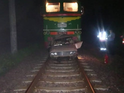 Водитель «Жигулей» почувствовал себя машинистом и выехал на пути - его догнал настоящий поезд