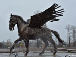 Фотофакт: в Слуцке появилась скульптура пегаса